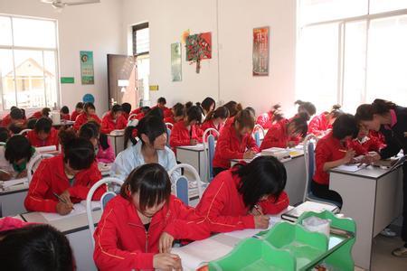成都幼师专业学校学生的绘画课程