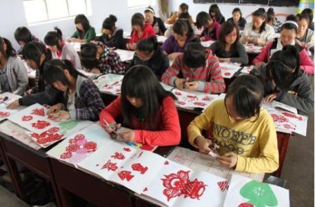 成都幼师专业学校学生剪纸课程