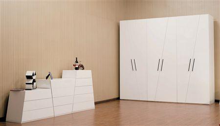 定制家具改变了传统家具流水线的生产模式,改善了户型缺陷,根据生活需要决定家具内部空间格局。如同为消费者的家中请个私人设计师,合理利用空间的同时,满足年轻80、90后的个性化要求。