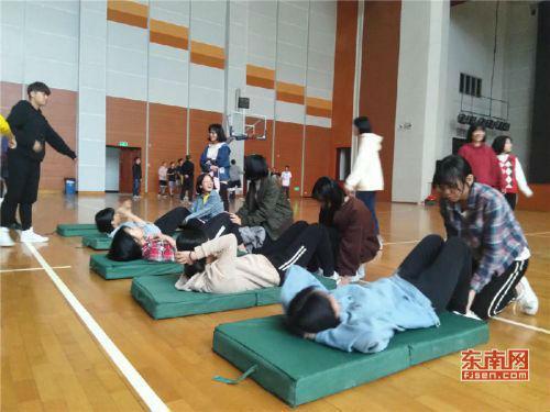 福州八中学生进行仰卧起坐练习(东南网记者张立庆摄)