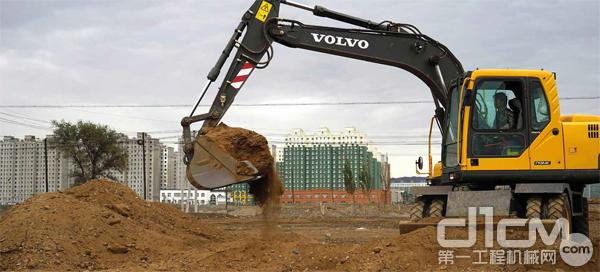 沃尔沃建筑设备在新疆生产建设兵团项目中施工