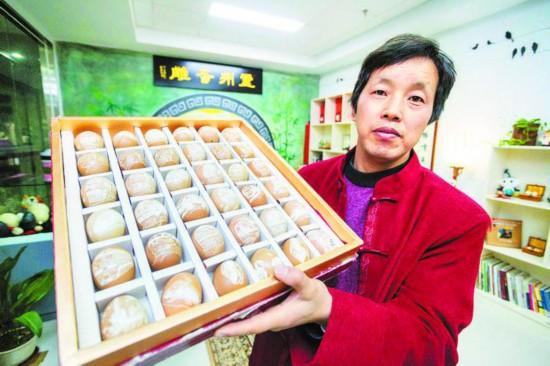 在蛋壳上雕刻从蒸汽机到复兴号的火车头,也在方寸之间记录着中国铁路40年的发展史。