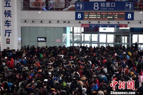 2月9日,福州火车北站旅客在候车厅排队等候检票上车。随着春节日渐临近,中国各地铁路迎来节前春运客流高峰。张斌 摄
