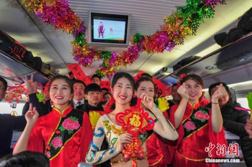 2月8日,G1226次列车由沈阳北站开往苍南,农历小年这天,全体乘务员?#21592;?#33258;演,为旅客奉送了一台精彩的列车春晚。中新社记者 于海洋 摄