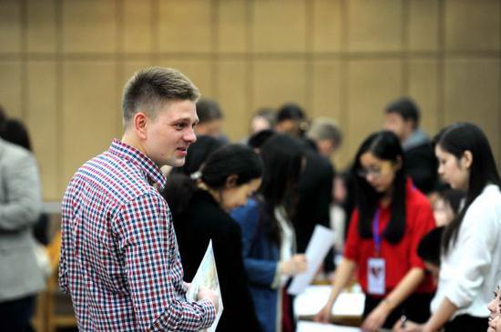 外国留学生在哈尔滨赶场招聘会。新华社