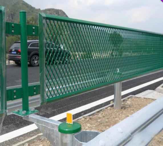 菱形钢板网道路隔离栅1.png