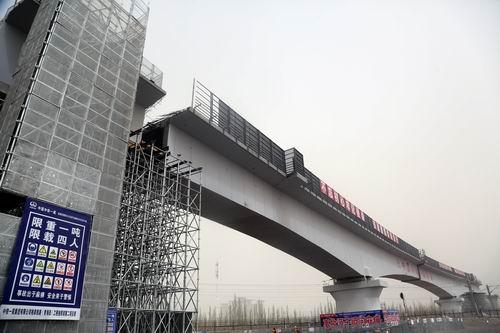 國内首座高海拔区域铁路桥连续梁转体成功合龙