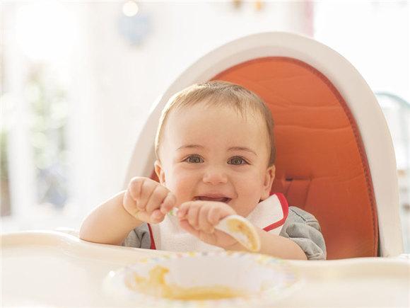 停止喂食 让宝宝自己学会吃饭