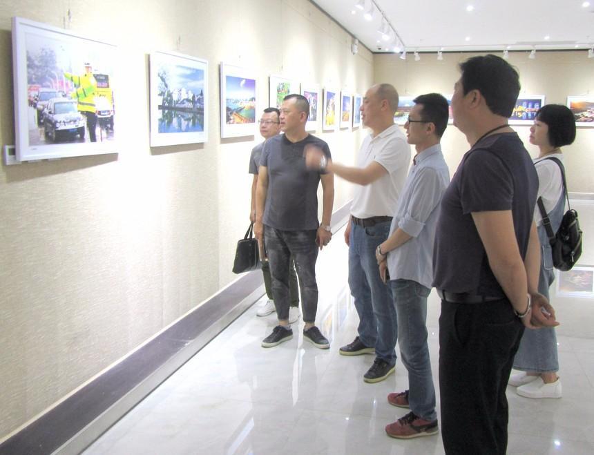 图为展览现场。 (1).jpg