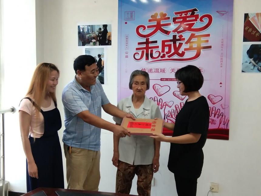 先锋街道党工委书记刘兆兰为芦梦涵授予捐款和寄语册.jpg