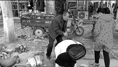 卖菜翁收假币街头落泪 热心人伸援手争相买菜