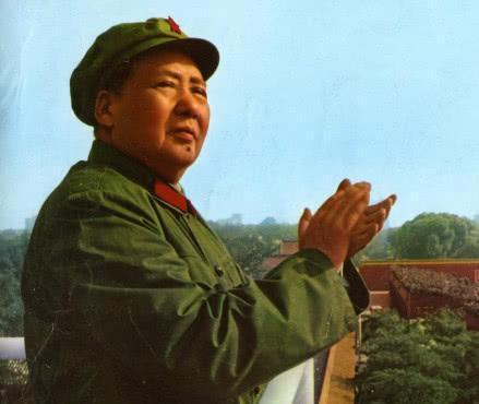"""毛主席从来都坚持领导人要从基层里来,也要到基层里去,这都是因为毛主席从小出生在农村,他深深的明白老百姓生活的苦。所以他从投身革命开始,就一直将人民放在第一位,他认为对待老百姓要跟对待自己的家人一样。作为中国共产党的一份子,毛主席曾经说过:""""我们要维护的永远是群众的利益,我们就是要为人民服务的,如果你想要百姓们能够全力的支持你,你就必须爱护百姓们。"""