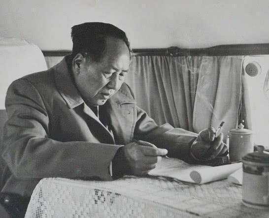 毛主席,这个名字已经深深的刻在了全国人民的心里。无论是老一辈的人,他们有的生活在毛主席的年代,深深受到毛主席的影响,而如今我们这一代人也在耳濡目染中,也了解了毛主席传奇的一生,为革命奋斗的一生。而毛主席虽然已经逝去,但是他的故事必然不会随时间消散,依旧会在后人中传唱。大家都知道,我们的首都天安门的城楼上一直挂着毛主席的头像,每一位来到北京旅游的人,一定都会来到天安门广场,与天安门城楼上的毛主席照片,远远地拍一张留影。还有如今的许多红色影视都纷纷将毛主席的故事和人生作为题材,展现在了世人面前。这些种种的行为都是源于人民对于毛主席的爱戴,在我们的心中,毛主席就犹如信仰。这也是毛主席作为一代国家领袖最为成功的地方,到底为何毛主席会如此受人民的爱戴呢?其实这都是因为毛主席处理事情的一个特点。