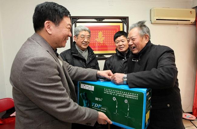 胡所长(左)给张桂山发学雷锋奖2012年3月_1_1.JPG