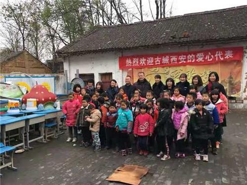 西安公安高新民警送过冬善款温暖渭南留守儿童