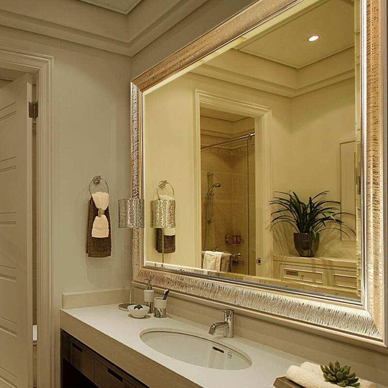 洗手间的镜子