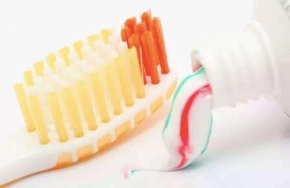 牙膏擦拭污垢