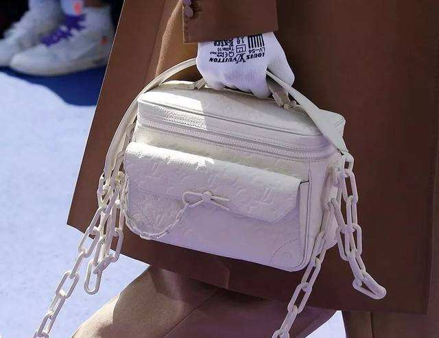 附图:白色皮包