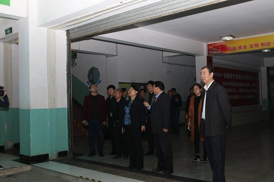 杨市长一行参观我校教学区.jpg