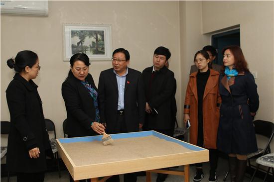 杨市长一行参观心理健康维护辅导中心沙盘室.JPG