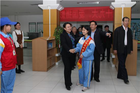 杨市长和初中小讲解员亲切握手.JPG