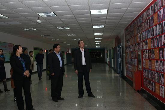 杨市长一行观看我校笑脸墙.jpg