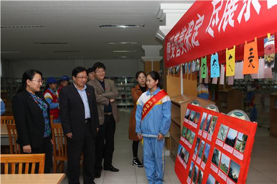 杨市长观看摄影展.JPG