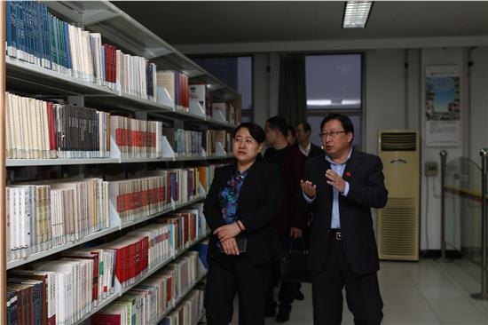 杨市长一行参观图书馆.JPG