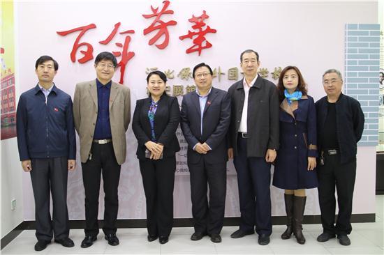 杨市长和学校领导在校史馆合影留念.JPG