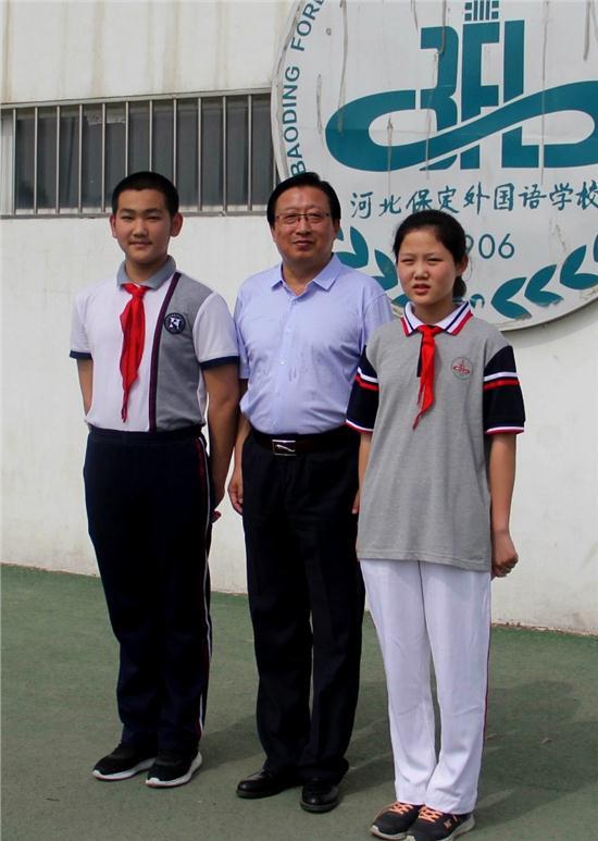 杨校长与两校学生代表合影.JPG