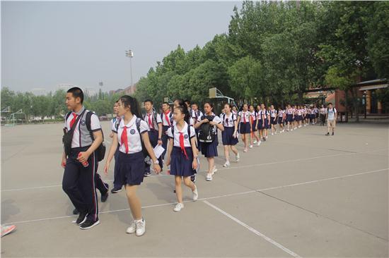 华山中学同学参观校园.JPG