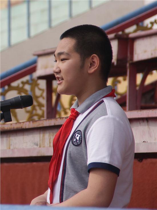 华山同学进行国旗下的讲话.JPG