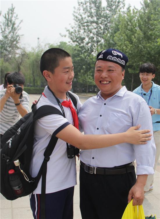 华山中学学生为谢校长戴上当地特色花帽.JPG