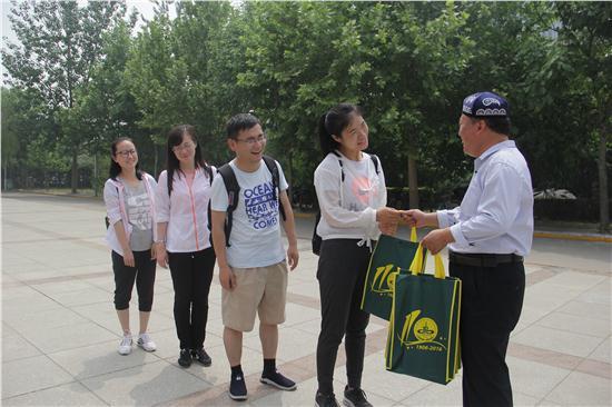 谢校长代表学校向华山中学老师赠送学校资料.JPG