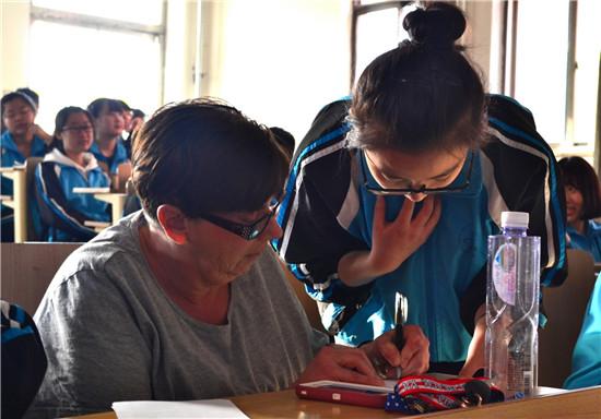主持人与外教老师认真核对评选结果.jpg