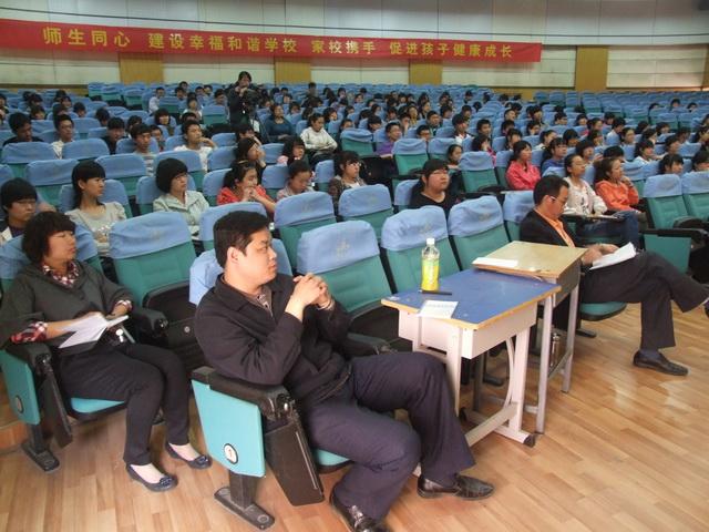 心理教师刘士HUAWEI高三学生做心理调试报告1.JPG