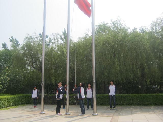 高三12班升旗手:赵竞丽、张群同学;护旗手:董姗姗、王佳月、李帅、张赫同学.jpg