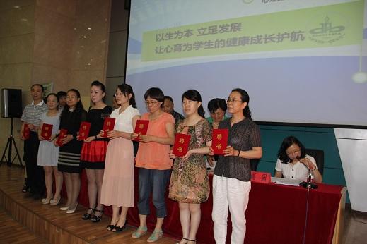 市领导为闫丽花等协调教研小组成员颁发聘书.JPG