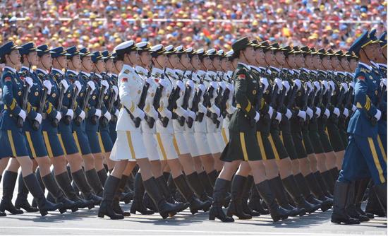 阅兵式上的仪仗队女兵.jpg