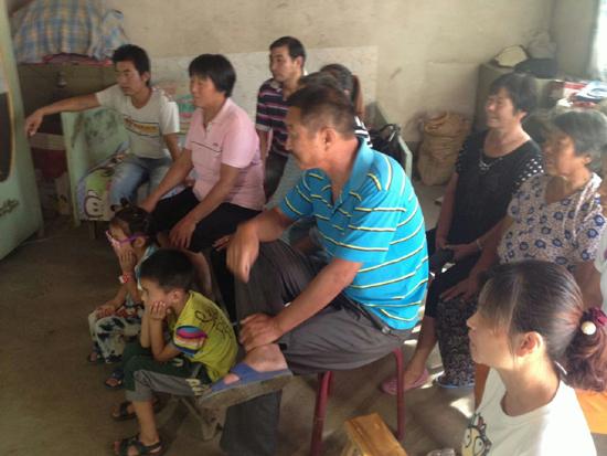 田亚的父母及亲朋好友在家观看阅兵式.jpg