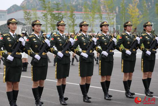 正在训练的仪仗队女兵 左三为田亚.jpg