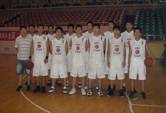 刁刃力教练带领我校男篮参加全国中体协篮球比赛,前排左四为司坤同学.jpg