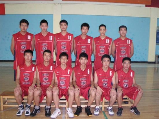 司坤(前排左三)在我校期间赛前合影.jpg
