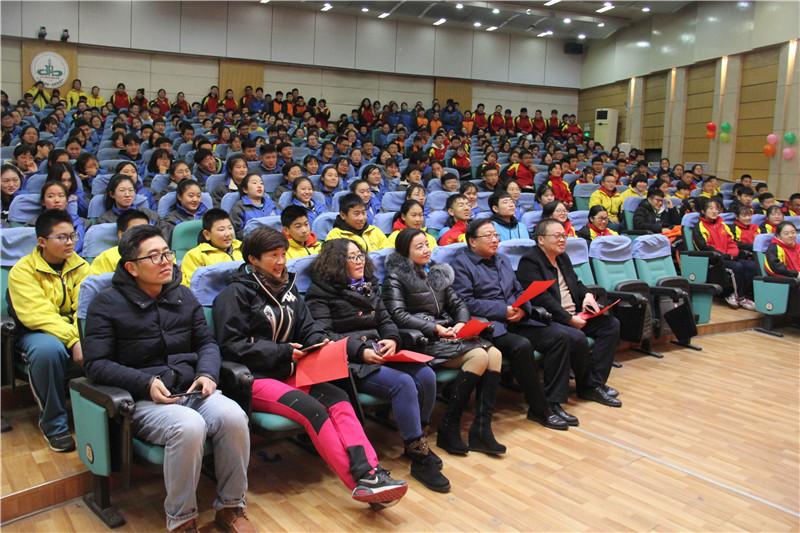 4学校领导观看演出(二).JPG