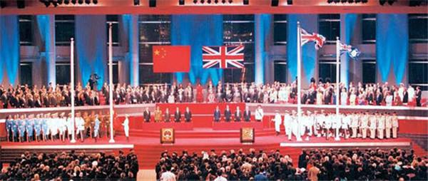 1997 年7月1日零时整,中华人民共和国国旗和香港特别行政区区旗在香港冉冉升起.jpg