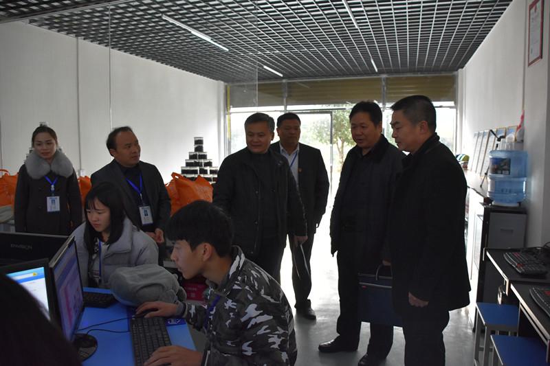 谢朝明副院长正在查看电商专业学生工作室_副本.jpg