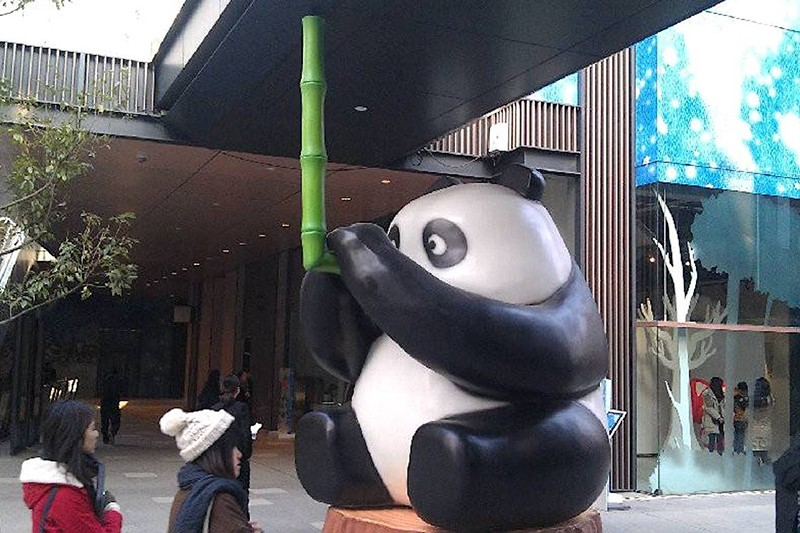 卡通小熊猫玻璃钢雕塑.jpg
