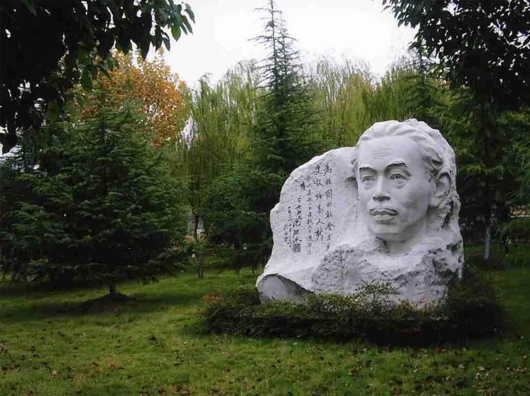 校园雕塑.jpg