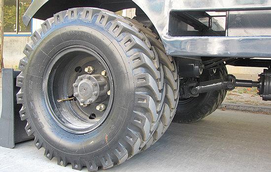 宝鼎轮式挖掘机采用825-16工程轮胎