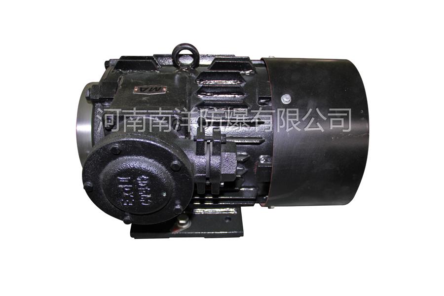 高效率新能源汽车电机是一种超高效率变频调速三相永磁同步电机(机座号80-355),能效等级为1极,电动机电气性能执行GB/T 22711-2008《高效三相永磁同步电动机技术条件(机座号132-280)》系列产品设计为全封闭自扇冷结构、防护等级IP55、F级绝缘、S1工作制。其安装尺寸与YB3系列电动机相同。防爆型式为隔爆型,防爆等级为EXDI MB、EXDIICT4GB、EXDIIBT4GB。 额定频率、额定电压下具有自起动能力。也可以根据用户要求,提供380V、660V、1140V等级的电机。该系列